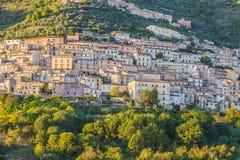 Widok Alvito, Ciociaria, od doliny przy zmierzchem Zdjęcie Stock