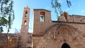 Widok antyczna świątynia z dzwonnicami w zwolnionym tempie Świątynia z wysoki dzwonkowy wierza zbiory