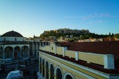 Widok antyczny akropol od Monastiraki staci metru przez starych grodzkich budynków i Tsisdarakis meczetu Obraz Royalty Free