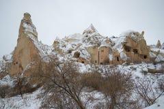 Widok antyczny jama kościół chrześcijański w zim górach Cappadocia Obrazy Stock