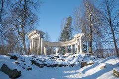 Widok Apollo ` s kolumnada w pogodnym Luty popołudniu Pavlovsk pałac park obrazy royalty free