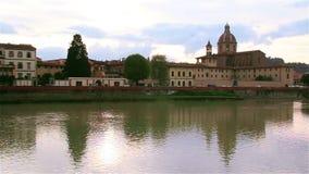 Widok Arno rzeka od bulwaru w Florencja, w Ponte Vecchio zdjęcie wideo