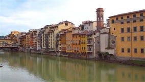 Widok Arno rzeka od bulwaru w Florencja, w Ponte Vecchio zbiory