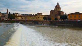 Widok Arno rzeka od nabrzeża w Florencja, Włochy zbiory wideo