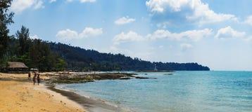 Widok błękitna plaża przy zmierzchem, morze i kamienie i obrazy stock