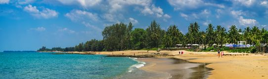 Widok błękitna plaża przy zmierzchem, morze i kamienie i obrazy royalty free