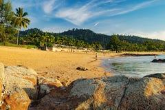 Widok błękitna plaża przy zmierzchem, morze i kamienie i fotografia stock
