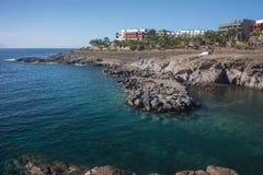 Widok błękitna zatoka i barwioni domy na skale Tenerife Wyspa, Hiszpania fotografia stock