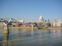 Widok banki Rzeczny Thames w Londyn, UK obrazy stock