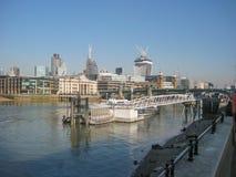 Widok banki Rzeczny Thames w Londyn, UK obrazy royalty free