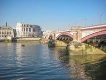 Widok banki Rzeczny Thames w Londyn, UK zdjęcie royalty free