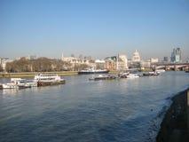 Widok banki Rzeczny Thames w Londyn, UK fotografia royalty free