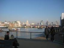 Widok banki Rzeczny Thames w Londyn, UK zdjęcia royalty free