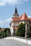 Widok baroku most John stary St i kościół baptystów w Namest nad Oslavou Zdjęcia Royalty Free