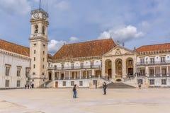 Widok basztowy budynek uniwersytet Coimbra, klasyczna architektoniczna struktura z masonr i innymi klasycznymi budynkami fotografia stock