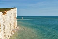 Widok Beachy Kierownicza latarnia morska i wysokie kredowe falezy na East Sussex suniemy zdjęcie royalty free