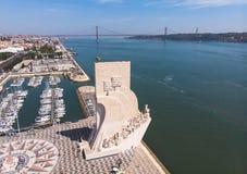 Widok Belem okręg, cywilna parafia zarząd miasta Lisbon, Portugalia, z zabytkiem 25th Kwietnia b i odkrycie obraz stock