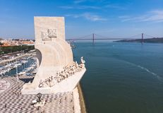 Widok Belem okręg, cywilna parafia zarząd miasta Lisbon, Portugalia, z zabytkiem 25th Kwietnia b i odkrycie zdjęcie royalty free