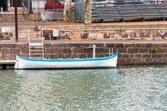 Widok biała łódź na rzecznym Herault, Agde, Francja Odbitkowa przestrzeń dla teksta Obrazy Royalty Free