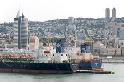 Widok biedne miasto Haifa, 2013 Haifa, Izrael, Październik 31 i handlowi statki od morza - Obrazy Stock