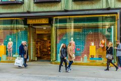 Widok bogaci więzi ulica w London fotografia stock