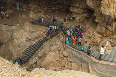 Widok borra zawala się z grupą niezidentyfikowani podróżnicy przy Arak doliną, Visakhapatnam, Andhra Pradesh, Marzec 04 2017 zdjęcia royalty free
