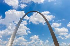 Widok brama łuk w St Louis, Missouri z niebieskim niebem w zdjęcia royalty free
