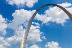 Widok brama łuk w St Louis, Missouri z niebieskim niebem w fotografia royalty free