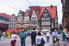 Widok Bremen targowy kwadrat z statuą i tłumem ludzie urzędu miasta, Roland, dziejowy centrum, Niemcy Zdjęcia Royalty Free