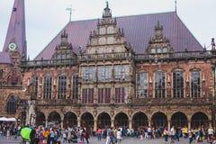 Widok Bremen targowy kwadrat z statuą i tłumem ludzie urzędu miasta, Roland, dziejowy centrum, Niemcy Obraz Royalty Free