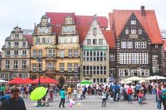 Widok Bremen targowy kwadrat z statuą i tłumem ludzie urzędu miasta, Roland, dziejowy centrum, Niemcy Obraz Stock