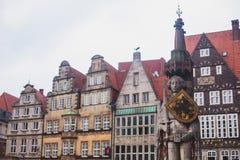 Widok Bremen targowy kwadrat z statuą i tłumem ludzie urzędu miasta, Roland, dziejowy centrum, Niemcy obrazy stock