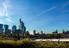Widok bridżowy Eiserner Steg krzyżuje Główną rzekę przeciw pejzażowi miejskiemu Frankfurt fotografia royalty free