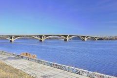 Widok bridżowy metro przez Zaporoską rzekę obrazy royalty free