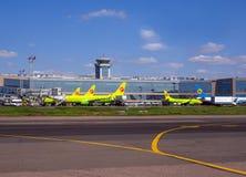 Widok budynek pasażerski terminal Domodedovo lotnisko i samoloty stawia czoło je Obrazy Royalty Free