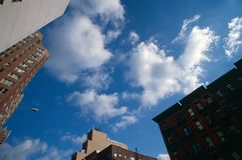 Widok budynków wierzchołki przeciw Manhattan niebu. zdjęcia royalty free
