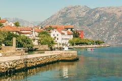 Widok bulwar w Prcanj w Kotor zatoce, Montenegro zdjęcie royalty free