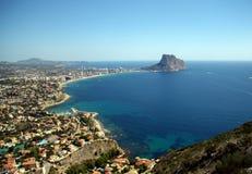 widok Calpe zatoka w turystycznym Calpe mieście w Alicante, Hiszpania zdjęcie royalty free
