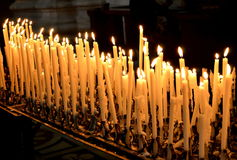 Widok candels w starej świątyni zdjęcie stock