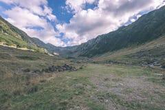 Widok carpathian góry od wierzchołka - rocznika ekranowy kibel Zdjęcie Royalty Free