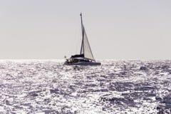 Widok catamaran żeglowanie w ocean otwartej wodzie, Mauritius zdjęcie stock
