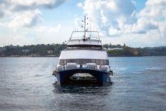 widok catamaran żegluje w oceanie indyjskim obraz royalty free