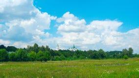 Widok Chernihiv miasteczko z pięknym Troizkiy monasterem, polem i zdjęcia stock
