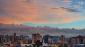 Widok chmurny zmierzch w północnej części miasto Quito Fotografia Royalty Free