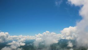 Widok chmury od okno samolot i ziemia zbiory wideo