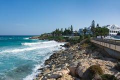 Widok chodząca ścieżka blisko figi drzewa plaży Ayia Napa, Cypr zdjęcie stock
