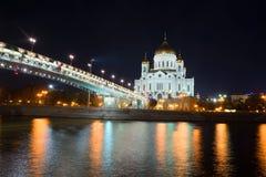 Widok Chrystus Patriarshy i wybawiciel Przerzuca most na Wrzesień nocy moscow Obraz Royalty Free