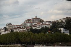Widok Coimbra od Santa Clara mostu na Mondego rzece fotografia royalty free