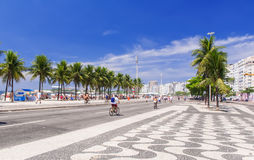 Widok Copacabana plaża z palmami i mozaika chodniczek w Rio De Janeiro Fotografia Stock