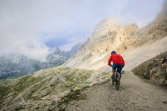 Widok cyklisty jeździecki rower górski na śladzie w dolomitach, Tre C obrazy stock